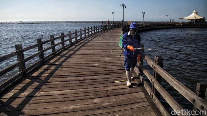 Operasi disinfeksi Corona di kawasan pantai Ancol rutin dilakukan. Hal itu guna mengantisipasi penyebaran COVID-19.