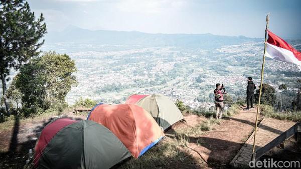Gunung Putri Lembang memiliki Camping Ground yang instagramable. Traveler bisa menikmati City view pada siang hari, city light pada malam hari. Tak lupa dengan sunrise dan sunset. (Whisnu Pradana/detikcom)