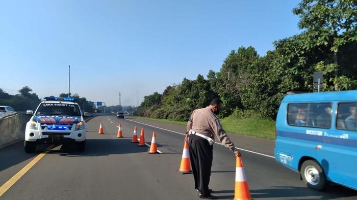 Ilustrasi polisi atur lalin menuju Puncak