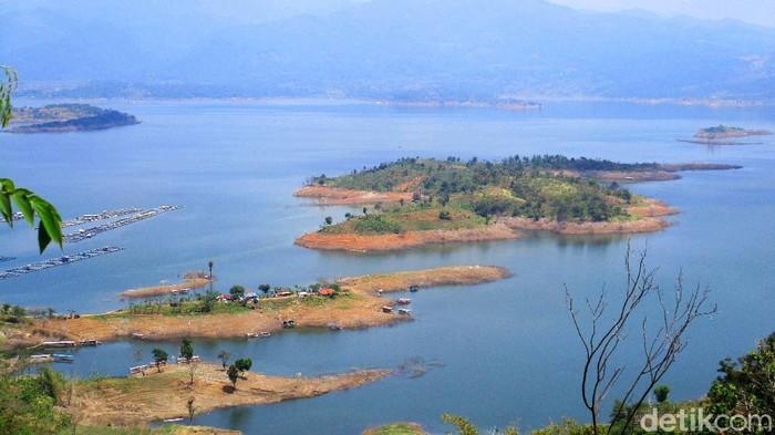 Waduk Jatigede jadi obyek wisata menarik di Kabupaten Sumedang, Jabar. Saat libur panjang seperti ini, waduk ini ramai dikunjungi warga.