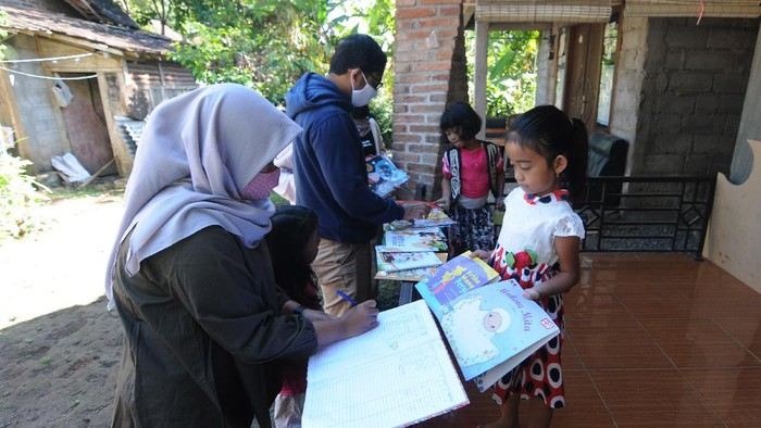 Sejumlah sukarelawan mengantarkan buku ke rumah warga untuk mengisi perpustakaan pojok baca di Singojayan, Tingkir, Salatiga, Jumat (21/8/2020). Sedikitnya 50 perpustakaan pojok baca rumah warga telah tumbuh di daerah tersebut dengan menyediakan 500 koleksi buku yang bertujuan untuk meningkatkan minat membaca pada anak usia dini. ANTARA FOTO/Aloysius Jarot Nugroho/pras.