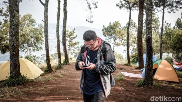 Jika tak suka berkemah, hiking bisa jadi pilihan paling sederhana.