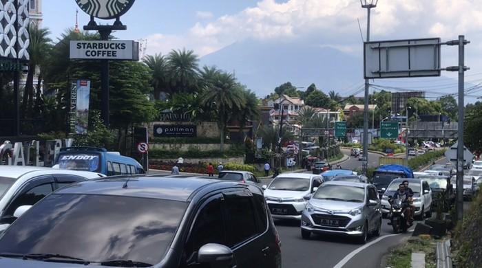 Video: Jumat Siang, Lalu Lintas di Simpang Gadog Padat