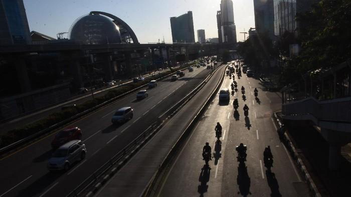Pengendara sepeda motor melintas di Jalan Gatot Subroto, Jakarta, Jumat (21/8/2020). Gubernur DKI Jakarta Anies Baswedan menerbitkan Pergub Nomor 80 Tahun 2020 tentang pelaksanaan PSBB pada masa transisi yang didalamnya mengatur pembatasan kendaraan sepeda motor pribadi melalui aturan ganjil-genap pada kawasan pengendalian lalu lintas. ANTARA FOTO/Indrianto Eko Suwarso/wsj.