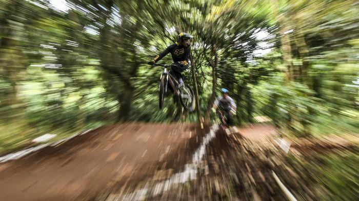 Pembalap sepeda berlatih di dual cross track Hutan UI Bike Park, Depok, Jawa Barat, Sabtu (22/8/2020). Di tengah minimnya sarana latihan bersepeda di kawasan Jabodetabek, trek sepeda yang pembangunannya diinisasi komunitas bersepeda ROAM UI tersebut menjadi oase bagi para pegiat olahraga sepeda. ANTARA FOTO/Muhammad Adimaja/hp.