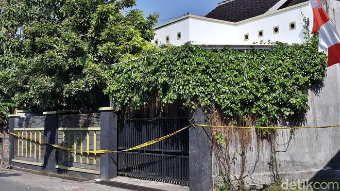 Empat orang dalam satu keluarga ditemukan tewas membusuk di rumah mereka, Dukuh Slemben RT 01 RW 05, Desa Duwet, Sukoharjo. Saat ini rumah tersebut digaris polisi.