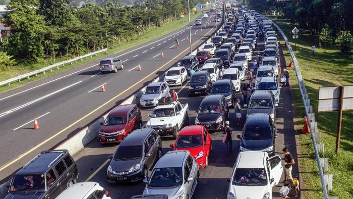 Kepadatan kendaraan menuju Jalan Raya Puncak, Gadog, Kabupaten Bogor, Jawa Barat, Sabtu (22/8/2020). Tingginya antusias warga untuk berlibur di kawasan Puncak Bogor pada libur panjang Tahun Baru Islam 1 Muharam 1442 Hijriah dan libur akhir pekan membuat kepadatan terjadi disejumlah titik, Sat Lantas Polres Bogor memberlakukan sistem buka tutup jalur dan sistem lawan arus (contraflow) untuk mengurai kemacetan. ANTARA FOTO/Yulius Satria Wijaya/hp.