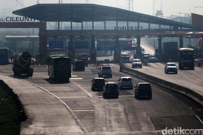 Arus lalu lintas di Exit Tol Cileunyi, pada libur panjang ini terpantau ramai lancar. Tidak terjadi antrean kendaraan yang berarti.