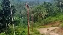 Nyemplung Sungai-Tembus Hutan, Begini Perjuangan Terangi Desa Terpencil