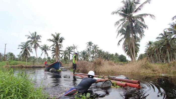 Perjuangan melistriki 8 desa terpencil di Riau