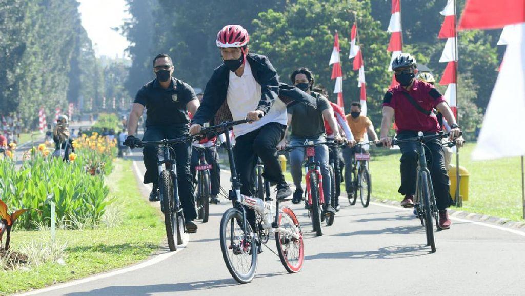 Gowes Bareng Kaesang di Kebun Raya Bogor, Jokowi Bagi-bagi Masker ke Warga