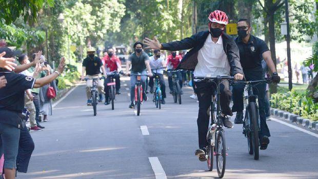 Presiden Jokowi ditemani Kaesang Gowes di Kebun Raya Bogor
