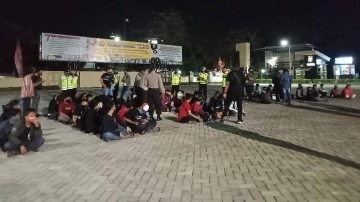 Puluhan anggota Persaudaraan Setia Hati Terate (PSHT) diamankan polisi di Sidoarjo pada Jumat (21/8) malam. Mereka rusuh dan hampir tawuran dengan warga.