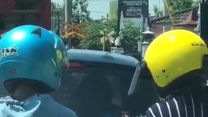 Video viral sepasang pemotor pegangan tangan di jalan saat macet