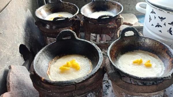 Makanan ini terbuat dari tepung beras yang dicampur dengan santan dan digoreng di atas arang mirip pannekoek atau pannenkoek. (Foto: Gede Leo/dtraveler)