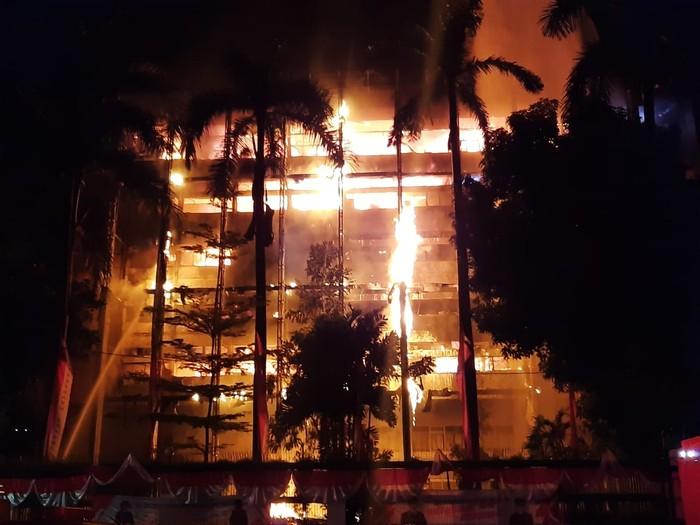 Api Mulai Menjalar ke Sisi Gedung Kejagung