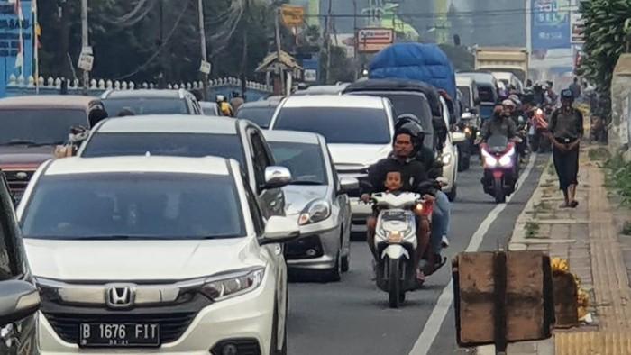 Arus lalu lintas di Puncak, Bogor, Jawa Barat menjelang sore