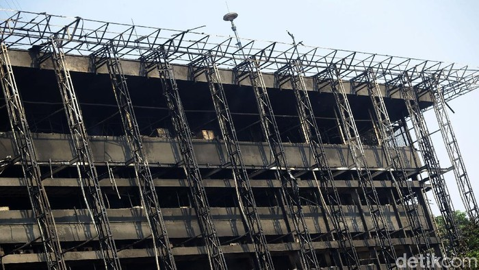 Kebakaran Gedung Kejagung telah berhasil dipadamkan, Minggu (23/8/2020). Kini gedung yang telah hangus itu menjadi tontonan warga.