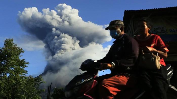Gunung Sinabung menyemburkan material vulkanik saat erupsi di Desa Tiga Pancur, Karo, Sumatera Utara, Minggu (23/8/2020). Pusat Vulkanologi dan Mitigasi Bencana Geologi (PVMBG) menyatakan Gunung Sinabung berstatus level III atau siaga dan meminta masyarakat untuk tidak melakukan aktivitas di desa yang telah direlokasi.  ANTARAFOTO/Edy Regar/Lmo/foc.