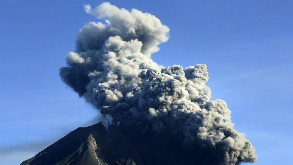 Gunung Sinabung Erupsi untuk Ke-23 Kalinya Bulan Ini