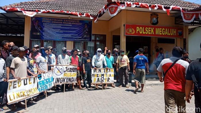 Hentikan Paksa Penambangan Pasir Ilegal di Jombang, Warga Serahkan Barang Bukti ke Kantor Polisi