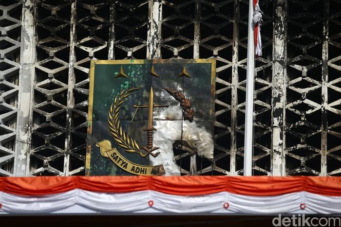 Petugas Pemadam Kebakaran terus lakukan penyemprotan pendinginan di gedung utama Kejaksaan Agung, Jakarta, Minggu (23/8/2020). Pendinginan tersebut dilakukan dengan menggunakan bronto lift milik Dinas Pemadam Kebakaran DKI.