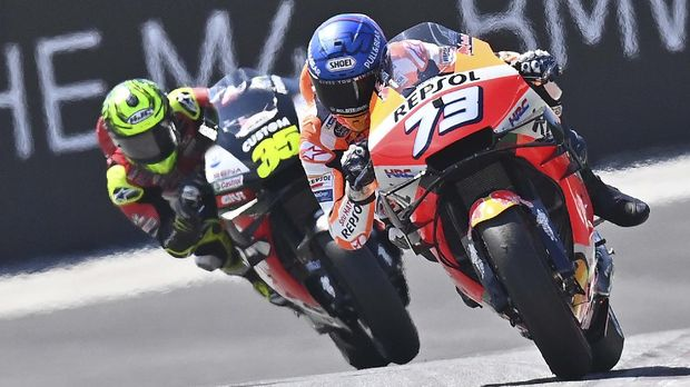 Repsol Honda Team's Spanish rider Alex Marquez (r) and LCR Honda Castrol British rider Cal Crutchlow ride during the fourth practice session ahead of the MotoGP Styrian Grand Prix on August 22, 2020 at Red Bull Ring circuit in Spielberg bei Knittelfeld, Austria. (Photo by JOE KLAMAR / AFP)