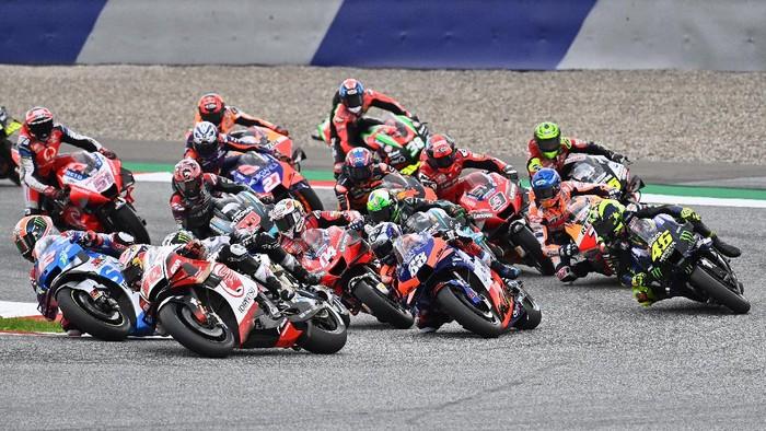 Riders take the start of the MotoGP Styrian Grand Prix on August 23, 2020 at Red Bull Ring circuit in Spielberg bei Knittelfeld, Austria. (Photo by Joe Klamar / AFP)
