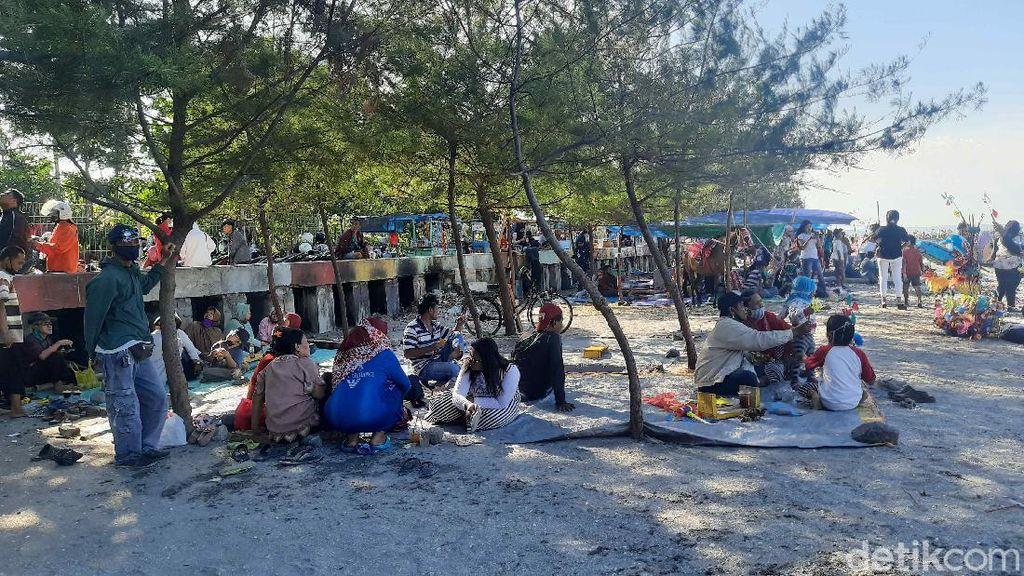 Pantai Kenjeran Dijubeli Wisatawan Saat Long Weekend, Kebanyakan Tak Pakai Masker