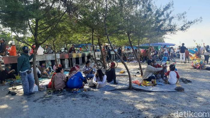 Pantai Kenjeran Dijubeli Wisatawan Saat Long Weekend