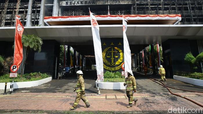 Petugas Damkar telah berhasil memadamkan kebakaran di Gedung Kejagung. Kini mereka bisa beristirahat setelah belasan jam melawan api.