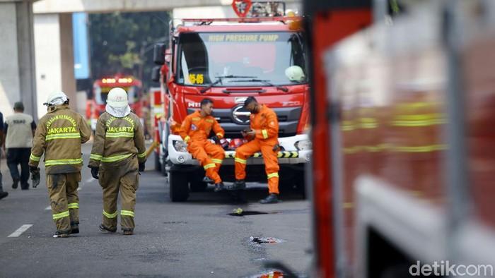 Petugas Damkar telah berhasil memadamkan kebakaran di Gedung Kejagung, Minggu (23/8/2020). Kini mereka bisa beristirahat setelah belasan jam melawan api.