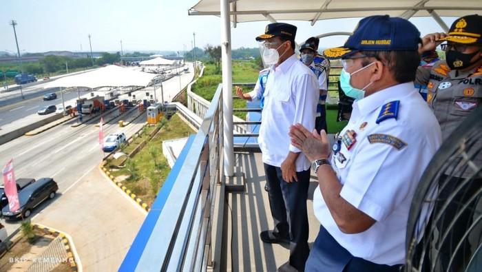 Menteri Perhubungan Budi Karya Sumadi melakukan peninjauan di sepanjang jalur tol dari Jakarta hingga Cikopo, Jawa Barat dengan menggunakan helikopter. Hal itu dilakukan untuk mengantisipasi terjadinya puncak arus balik libur panjang yang diprediksi terjadi pada Minggu (23/8) sore hingga malam.