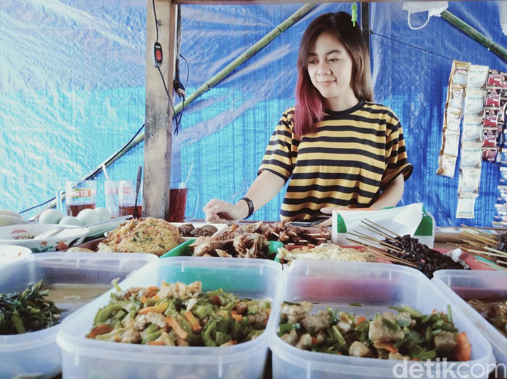 Selvy berjualan angkringan di Jalan Pedan-Juwiring, Klaten, Sabtu (22/8/2020).