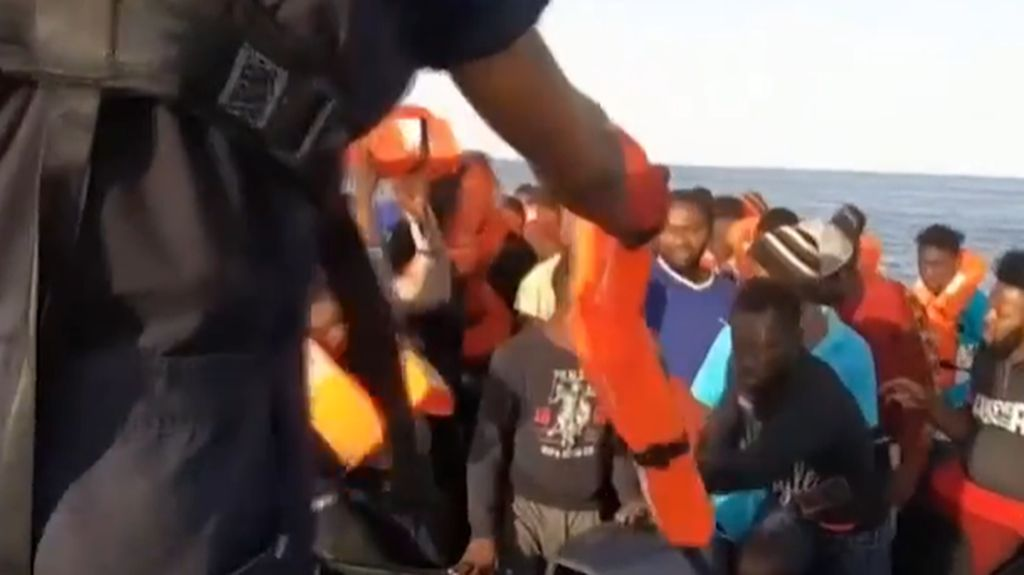Detik-detik Evakuasi Imigran yang Terombang-ambing di Laut Mediterania
