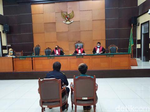 Budi (kanan) memberikan kesaksian di PN Jaktim (Isal Mawardi/detikcom)