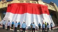 Bendera Raksasa Berkibar di Pintu Air Jagir Surabaya