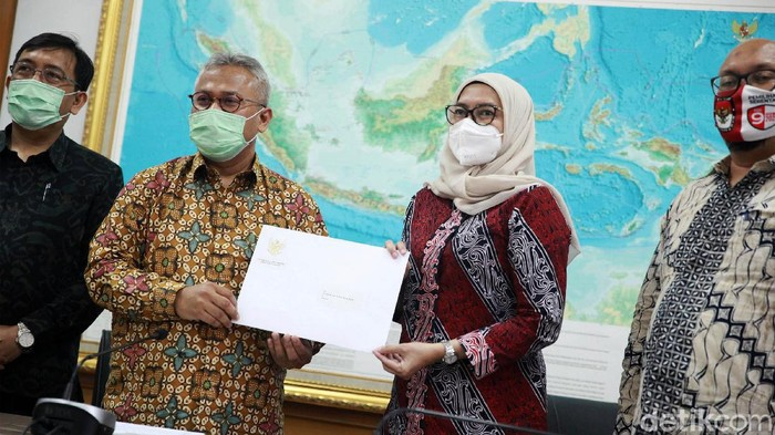 Presiden Joko Widodo mencabut Keppres pemberhentian Evi Novida Ginting sebagai Komisioner KPU. Dengan demikian, Evi resmi kembali duduk sebagai komisioner KPU. Hal ini diumumkan oleh Ketua KPU, Arief Budiman, dalam jumpa pers di Kantor KPU, Jakarta Pusat, Senin (24/8/2020).