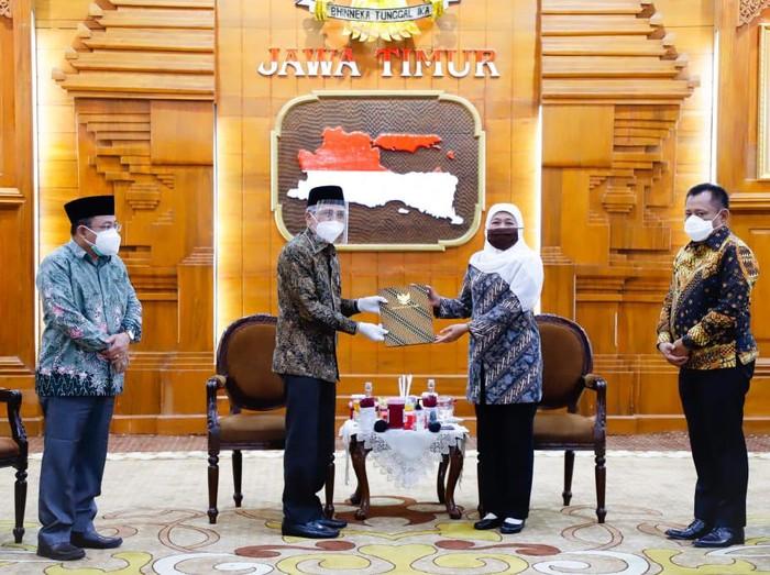 Gubernur Khofifah menyerahkan SK tentang penunjukan Pelaksana Harian Bupati Sidoarjo ke Achmad Zaini