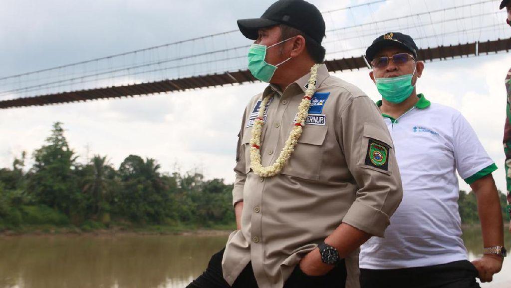 Gubernur HD Bakal Rombak Konstruksi Jembatan Gantung Desa Ujan Mas
