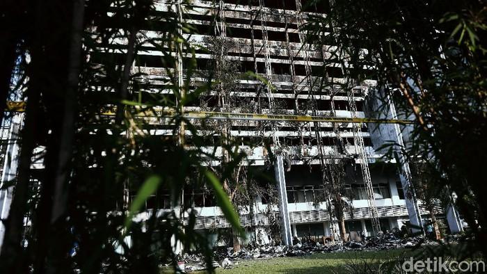 Gedung Kejaksaan Agung (Kejagung) terbakar pada Sabtu (22/8/2020) malam. Seusai api dapat dipadamkan, puing-puing bekas kebakaran pun berserakan di lantai.