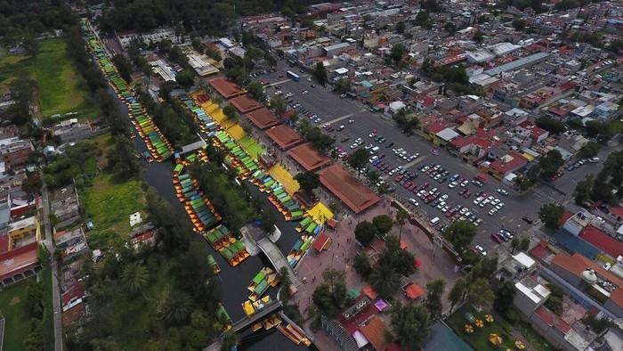 Taman apung Xochimilco di Meksiko kembali dibuka untuk umum. Kawasan wisata yang dikenal sebagai Venesianya Meksiko itu kembali dibuka pada akhir pekan lalu.