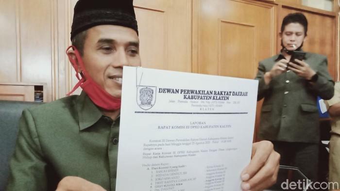 Ketua Komisi 3 DPRD Klaten, Basuki Effendi menunjukkan surat rekomendasi penutupan tambang ilegal