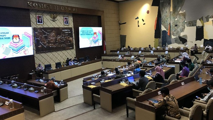 Rapat konsultasi Komisi II DPR dengan KPU soal pelaksanaan Pilkada 2020 di tengah pandemi virus Corona, di kompleks parlemen, Jakarta, Senin (24/8/2020).