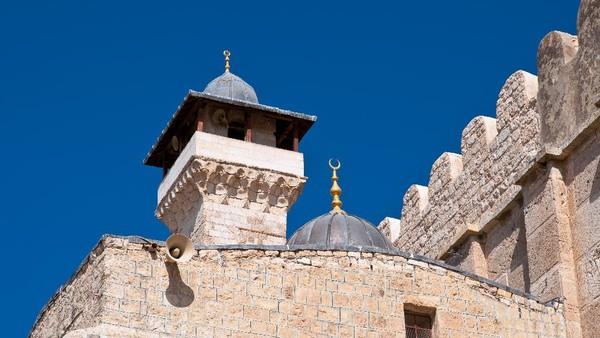 Ahmad Abu Halabiyeh, yang menjabat sebagai Ketua Komite Yerusalem di dalam Dewan Legislatif Palestina, menuduh pemerintah Israel sengaja mengambil sebagian lahan Masjid Al-Ibrahimi untuk diubah menjadi pemukiman ilegal. Dia menyatakan bahwa tindakan pencurian tanah tersebut sebagai kejahatan. (Getty Images)