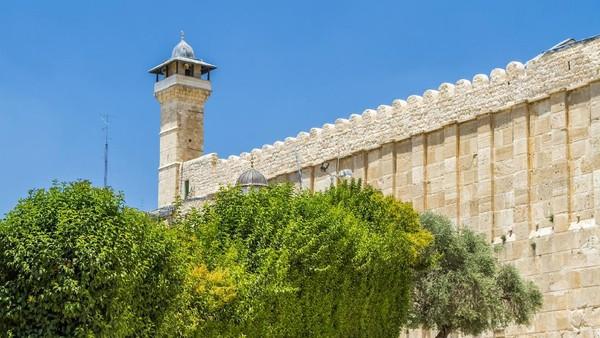 Masjid Al Ibrahimi sendiri merupakan situs bersejarah yang terletak di Kota Tua Hebron. Di situs inilah terdapat 3 makam nabi, yaitu Nabi Ibrahim, Nabi Ishaq dan Nabi Yakub. (Getty Images)