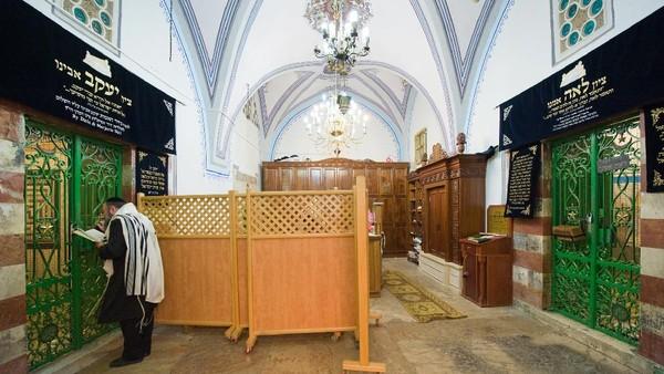 Makam Nabi Ibrahim dan keluarganya terletak di dalam gua Machpelah atau Gua Para Leluhur. Istri Nabi Ibrahim, Siti Sarah juga dimakamkan di sini. (Getty Images)