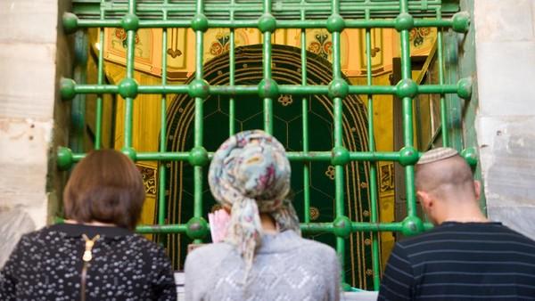 Nampak para peziarah memanjatkan doa di depan makam nabi Ibrahim. Nabi Ibrahim diketahui pernah tinggal di Hebron sekitar 4.000 tahun yang lalu. (Getty Images)