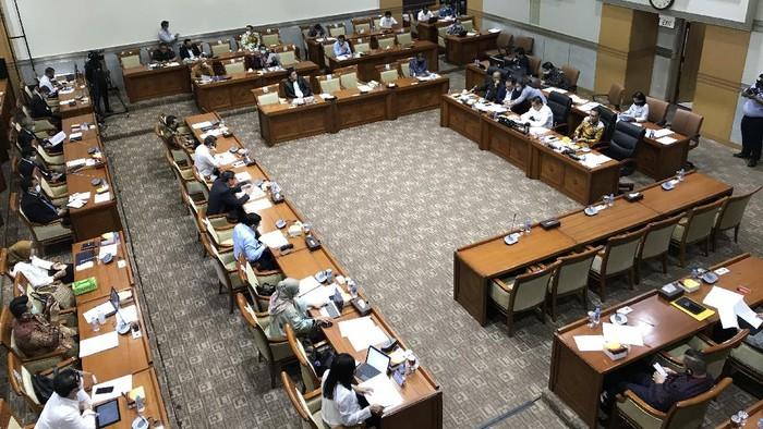 Menkum HAM Yasonna Laoly rapat dengan Komisi III DPR