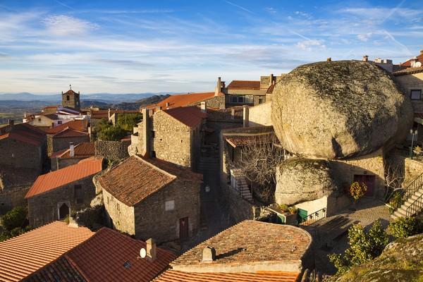 Monsanto merupakan sebuah desa yang unik karena rumah-rumah di sana dibangun di antara batu. Jika traveler melihatnya dari dekat, desa itu bagaikan terhimpit batu-batu granit besar. (Foto: Getty Images/iStockphoto/RolfSt)